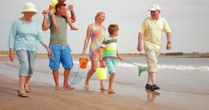 Chodzić na plaży na wakacje zbiory wideo