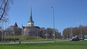 Chodzić w dół ulicy w starym miasteczku Tallinn, Estonia zbiory wideo
