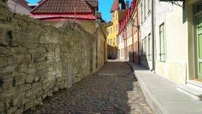 Chodzić w dół ulicy w starym miasteczku Tallinn, Estonia zdjęcie wideo