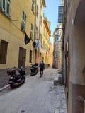 Chodzić w dół wąską ulicę w Rzym zdjęcia stock