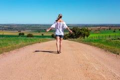 Chodzić wzdłuż zakurzonych wiejskich dróg fotografia stock