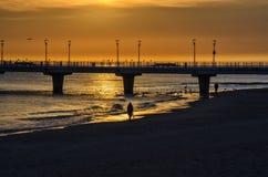 CHODZI DENNĄ plażę W ranku Obrazy Royalty Free