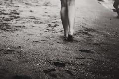 Chodzić na piasku obrazy stock