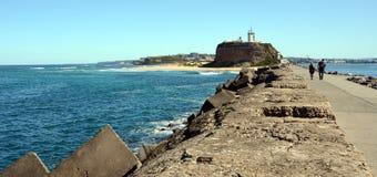 Chodzić od Breakwall z powrotem latarnia morska Zdjęcia Stock