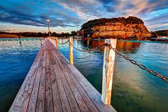 Chodzi sposób i prowadzi łańcuch wzdłuż strony th oceanu basen w wczesnym poranku fotografia royalty free