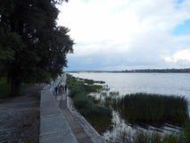 chodzi w świeżym powietrzu wzdłuż Dnipro rzeki bulwaru Zdjęcia Stock