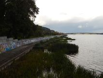 chodzi w świeżym powietrzu wzdłuż Dnipro rzeki bulwaru Zdjęcie Stock