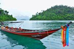 Choew Lan水坝的客船等待的游人 库存照片