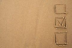 choice begrepp En fästing i frågeformuläret som dras på sanden Arkivfoto