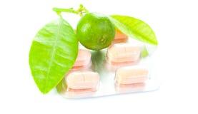 Choice citron- eller vitaminpillläkarundersökning Arkivfoton
