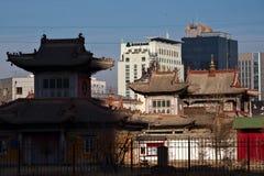 Choijin Lama Temple tegen moderne gebouwen in Ulaanbaatar, Mongoli? royalty-vrije stock foto