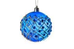 Choinek dekoracje - błękitna piłka z złotym ornamentem pojedynczy białe tło Fotografia Stock
