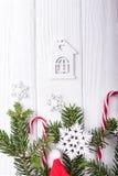Choinek gałąź, cukierek trzciny, dekoracyjni płatki śniegu i mały dom na białym tle, Odgórny widok, bezpłatna przestrzeń Obraz Royalty Free