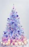 Choinek teraźniejszość, Dekorujący Xmas Drzewni Błękitni prezenty zdjęcia stock