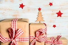 Choinka, czerwieni gwiazdy i prezentów pudełka, Zdjęcie Royalty Free