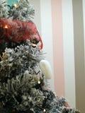 Choinka decotared z białymi iskrzastymi światłami i sercem obraz stock