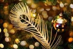 Choinka dekorująca z świątecznymi baubles obraz stock