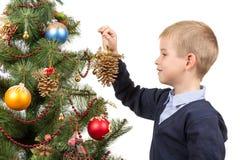 Choinka dekorująca z zabawkami i piłkami, chłopiec dekoruje choinka rożek Fotografia Stock
