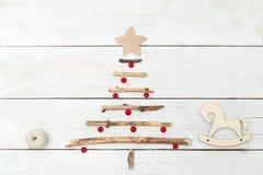 Choinka drewniani kije i zabawki robić jagody mieszkanie l zdjęcia royalty free