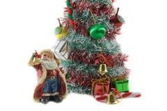 Choinka i Święty Mikołaj model na białym tle zdjęcie stock