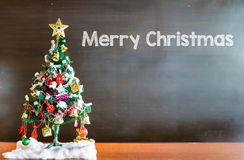 Choinka i boże narodzenie dekoracje na chalkboard tle Zdjęcie Stock