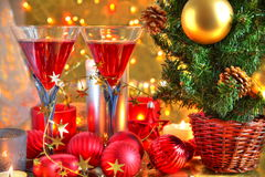 Choinka i czerwone wino w szkłach. Obrazy Royalty Free
