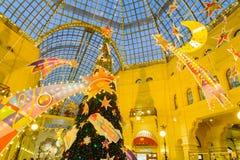 Choinka i rozjarzone dekoracje na nowego roku jarmarku Obraz Stock