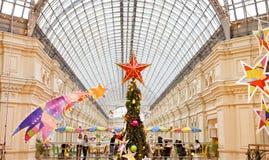Choinka i rozjarzone dekoracje na nowego roku jarmarku Zdjęcia Royalty Free