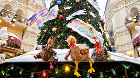 Choinka i rozjarzone dekoracje na nowego roku jarmarku Obraz Royalty Free