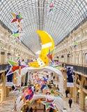 Choinka i rozjarzone dekoracje na nowego roku jarmarku Zdjęcia Stock