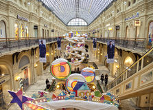 Choinka i rozjarzone dekoracje na nowego roku jarmarku Obrazy Stock