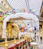 Choinka i rozjarzone dekoracje na nowego roku jarmarku Fotografia Stock