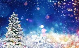 Choinka na błękitnym sparkly nocnym niebie Zdjęcia Royalty Free