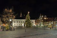 Choinka na głównym placu Ystad w nocy, Szwecja Zdjęcia Stock