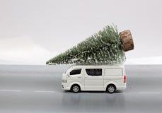Choinka na zabawka samochodzie dostawczym Fotografia Royalty Free