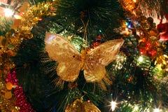 Choinka ornamenty, jaskrawy błyszczący motyl Obrazy Royalty Free