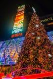 Choinka przed Środkowym światowym deparment sklepem z Turystycznym odprowadzeniem w wigilia dniu Bangkok miasto Thailand zdjęcie royalty free