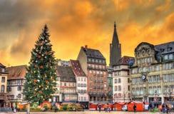 Choinka przy Bożenarodzeniowym rynkiem w Strasburg, Francja obrazy royalty free