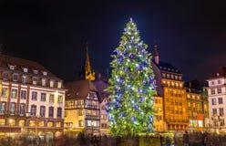Choinka przy sławnym rynkiem w Strasburg, Francja obraz royalty free