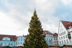 Choinka przy starym urzędu miasta kwadratem w Tallinn Zdjęcie Royalty Free