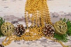 Choinka rożki z gałąź na backgrou i ornamenty zdjęcie royalty free