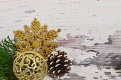 Choinka rożki z gałąź na backgrou i ornamenty zdjęcia royalty free