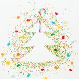 Choinka robić kolorowa jaskrawa confetti i cukierku trzcina z marmoladowym na białym tle Wakacyjny pojęcie Mieszkanie nieatutowy, Fotografia Stock