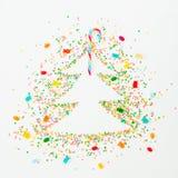 Choinka robić kolorowa jaskrawa confetti i tęczy cukierku trzcina na białym tle Mieszkanie nieatutowy, odgórnego widoku kopii prz Obrazy Stock