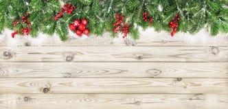 Choinka rozgałęzia się czerwonej jagody dekoraci drewnianego tło Obraz Royalty Free