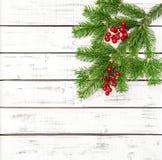 Choinka rozgałęzia się czerwonej jagody dekoraci drewnianego tło Zdjęcie Stock