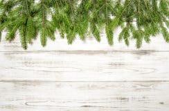 Choinka rozgałęzia się na drewnianej teksturze chłopiec wakacji lay śniegu zima Zdjęcie Royalty Free