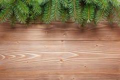 Choinka rozgałęzia się na drewnianym tle Zdjęcie Royalty Free