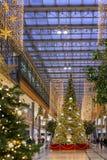 Choinka w Arkaden centrum handlowym na Potsdamer Platz w Berlin zdjęcia royalty free
