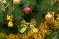 Choinka w bogatej czerwieni i złota stroju z piłkami, łęk i zdjęcia royalty free